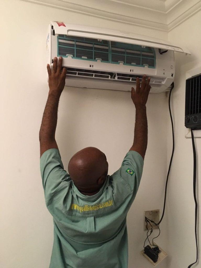 A instalação de ar-condicionado Split precisa ser feita por profissionais.
