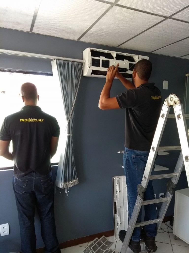 Equipe da Qualli elétrica efetuando a instalação de ar-condicionado Split em uma sala empresarial de Salvador.